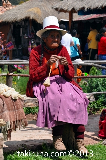 ancianna tejiendo